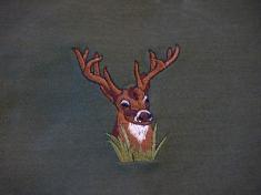 jelen v trávě